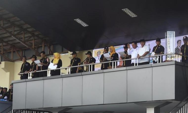 Wali Kota Serang Tb Haerul Jaman (tengah) saat meresmikan pembukaan kegiatan Porkot Serang yang ke-III di Stadion Maulana Yusuf, Kota Serang, Rabu (23/11/2016). (Foto: TitikNOL)